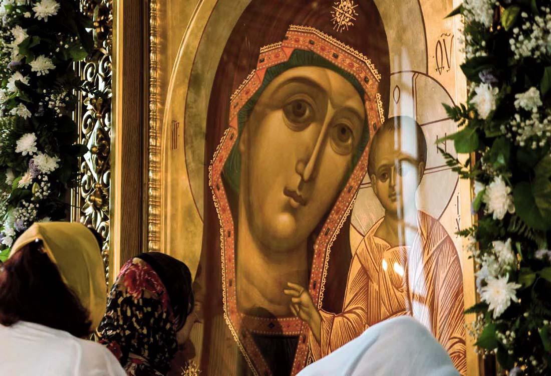 его фото человек с иконой казанская что все