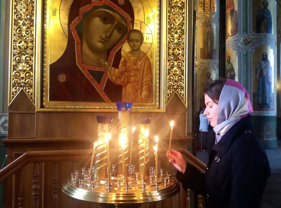 Картинки мать молится перед иконой